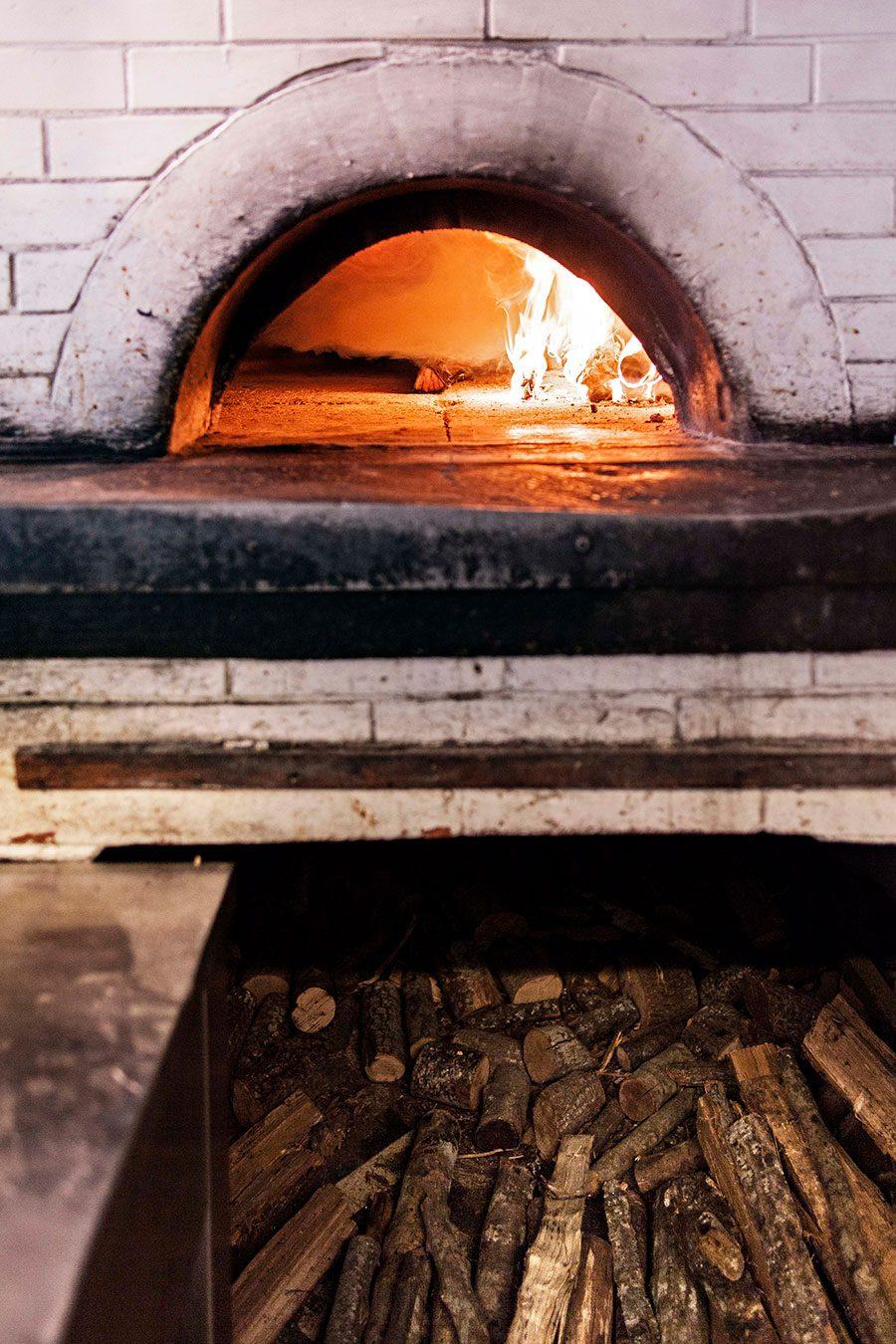 La vera pizza napoletana a pochi passi dall 39 ara pacis di roma - Temperatura forno a legna pizza ...